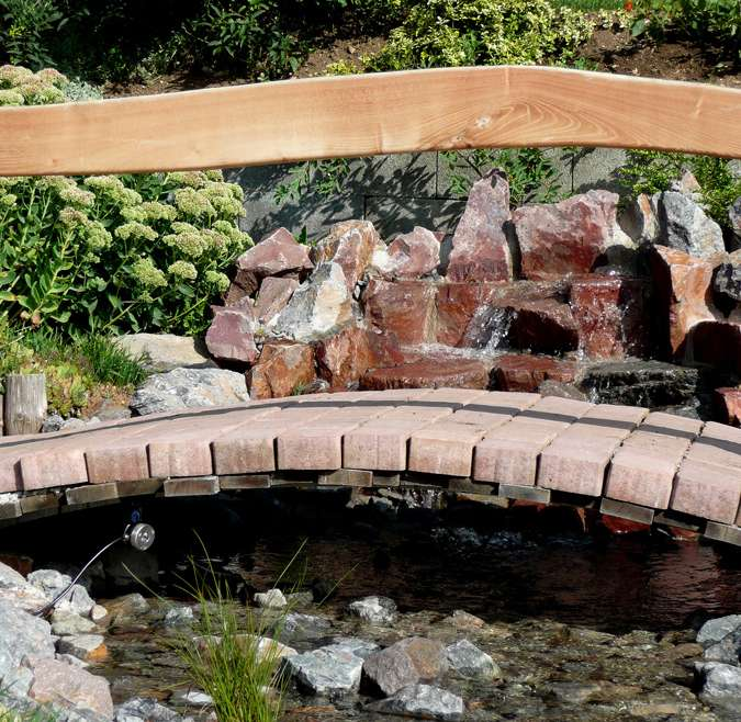 Teichanlage mit Brücke