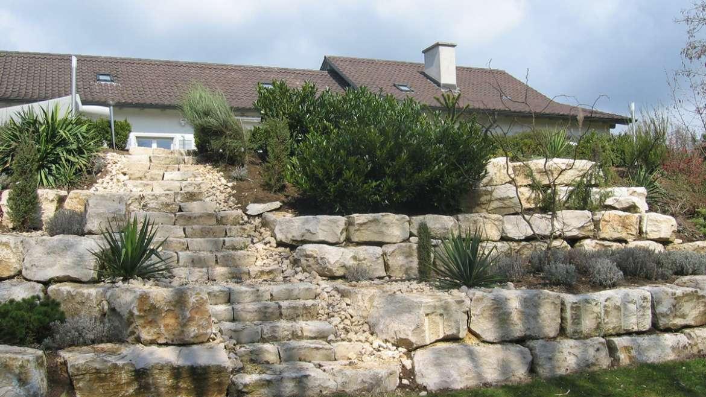 Naturstein in Gartenanlage