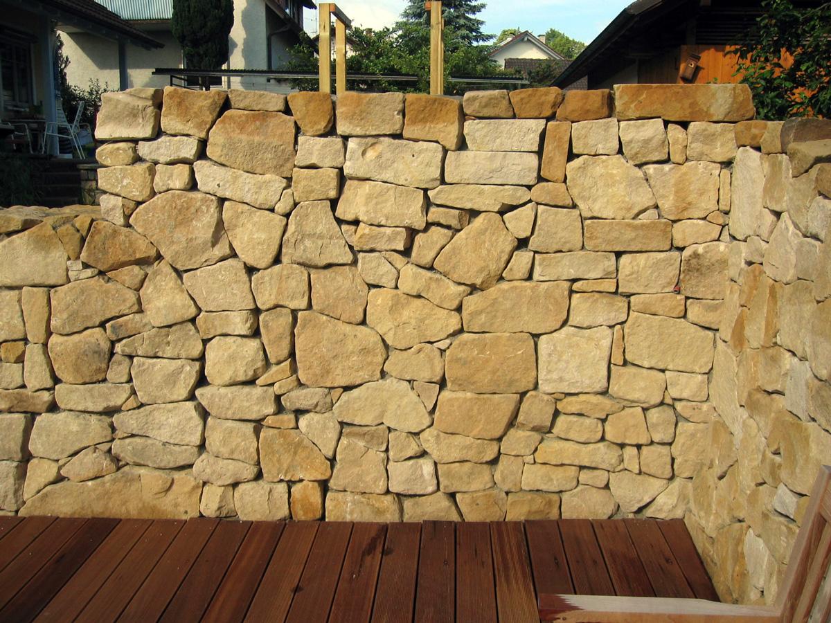 Mauer aus Naturstein